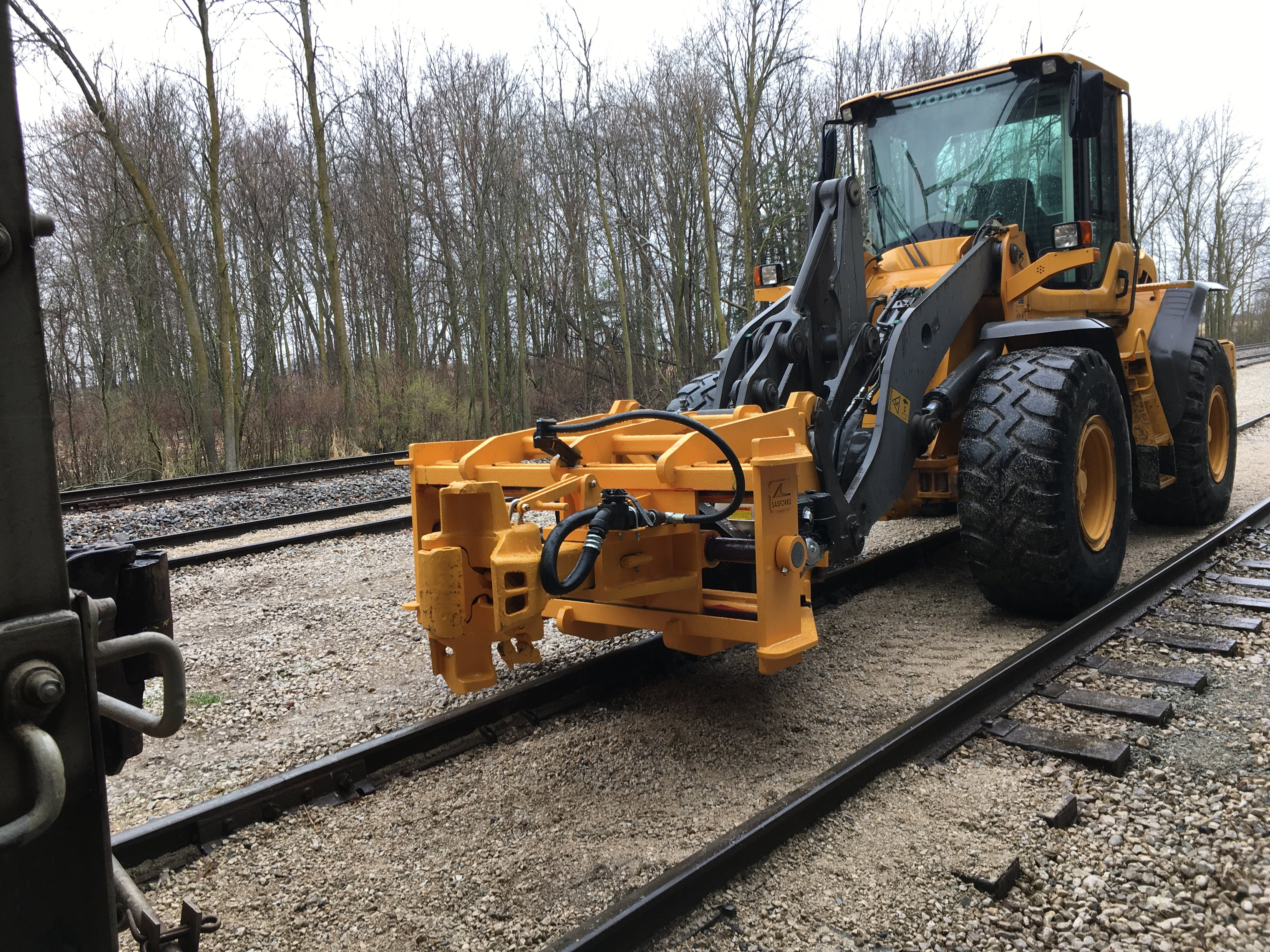 F5928-RAILROAD-WITH-AIR-BRAKE-TESTING-PICTURE-3-SEPARATED-LEFT-FRONT-ISO